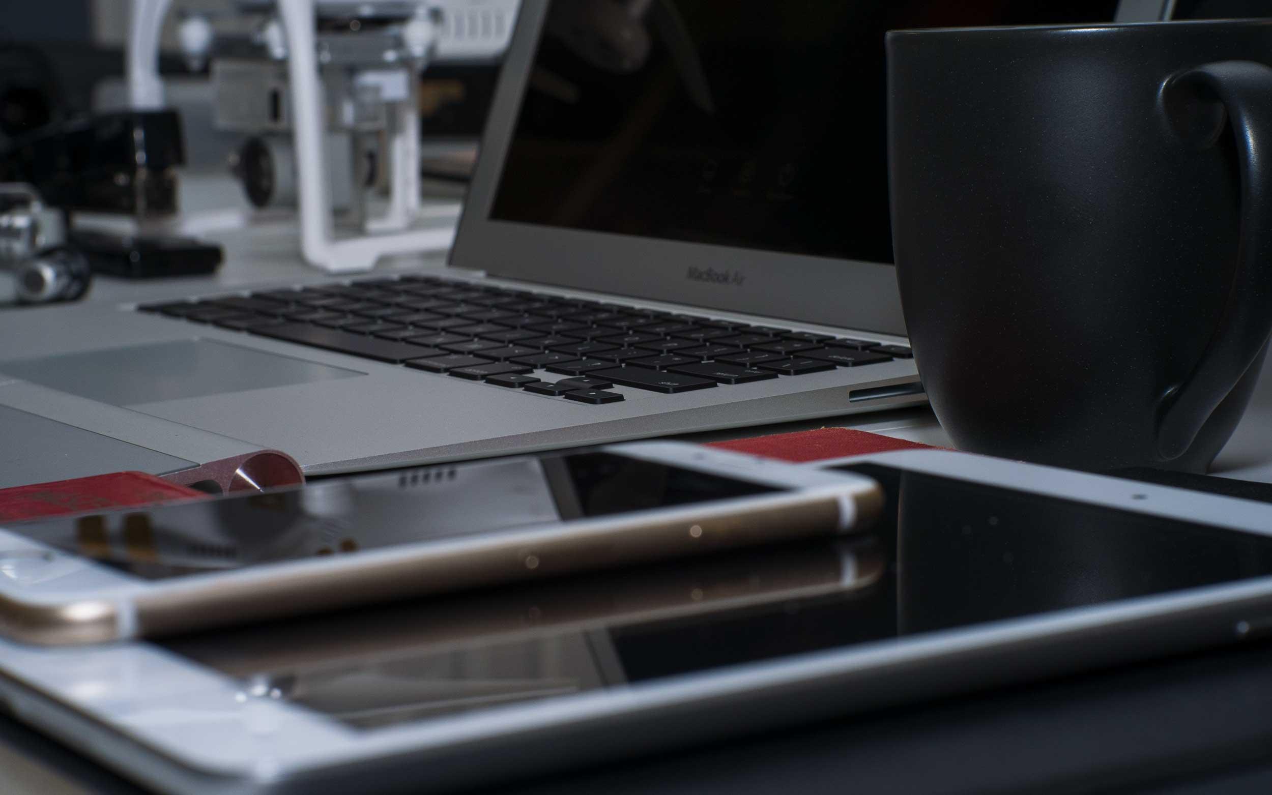macbook-desk-shot-dark.jpg